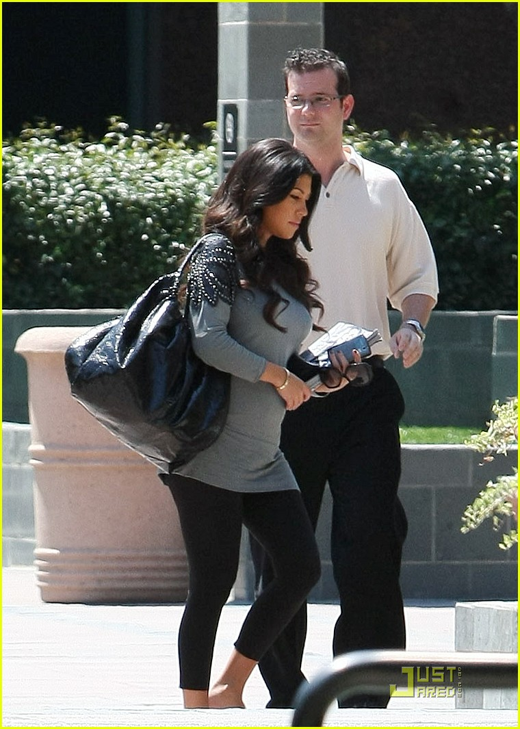 kourtney kardashian bigger baby bump 17
