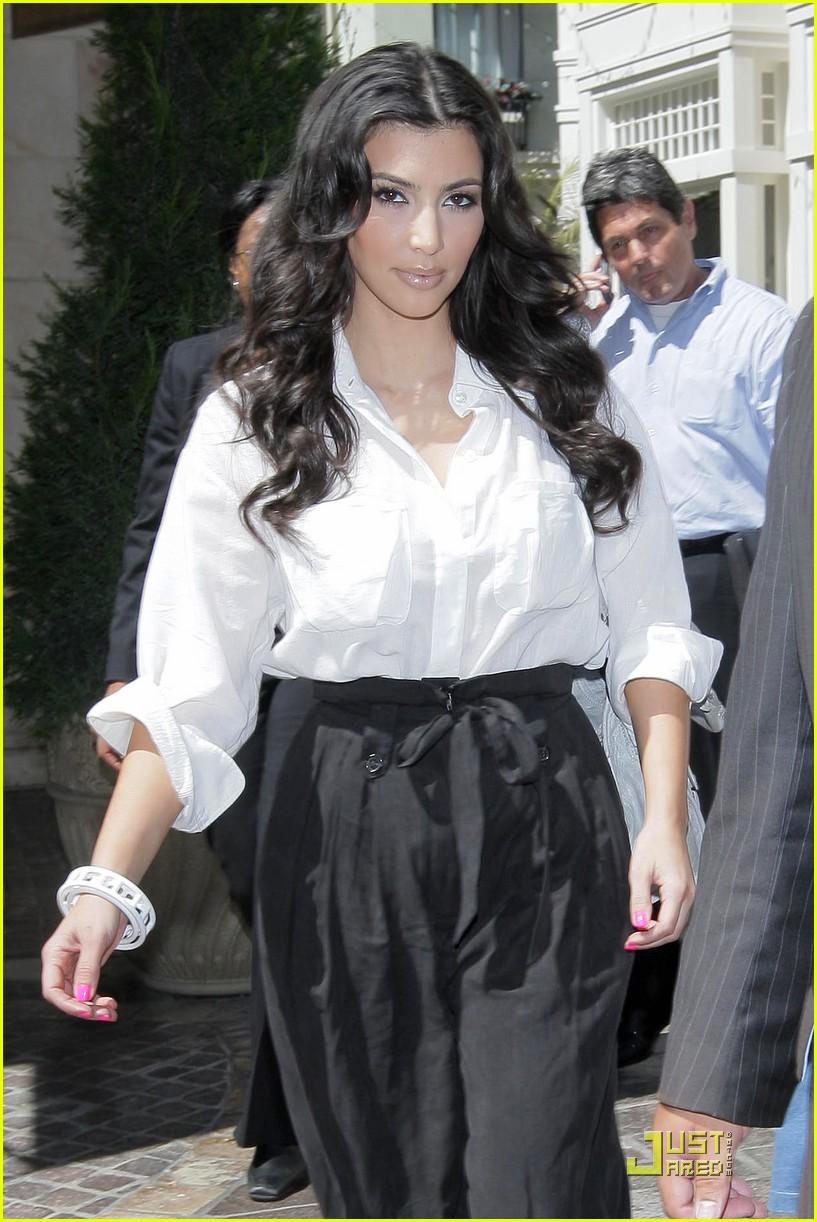 kim kardashian visits victorias secret 18