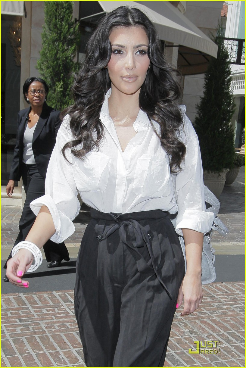 kim kardashian visits victorias secret 19