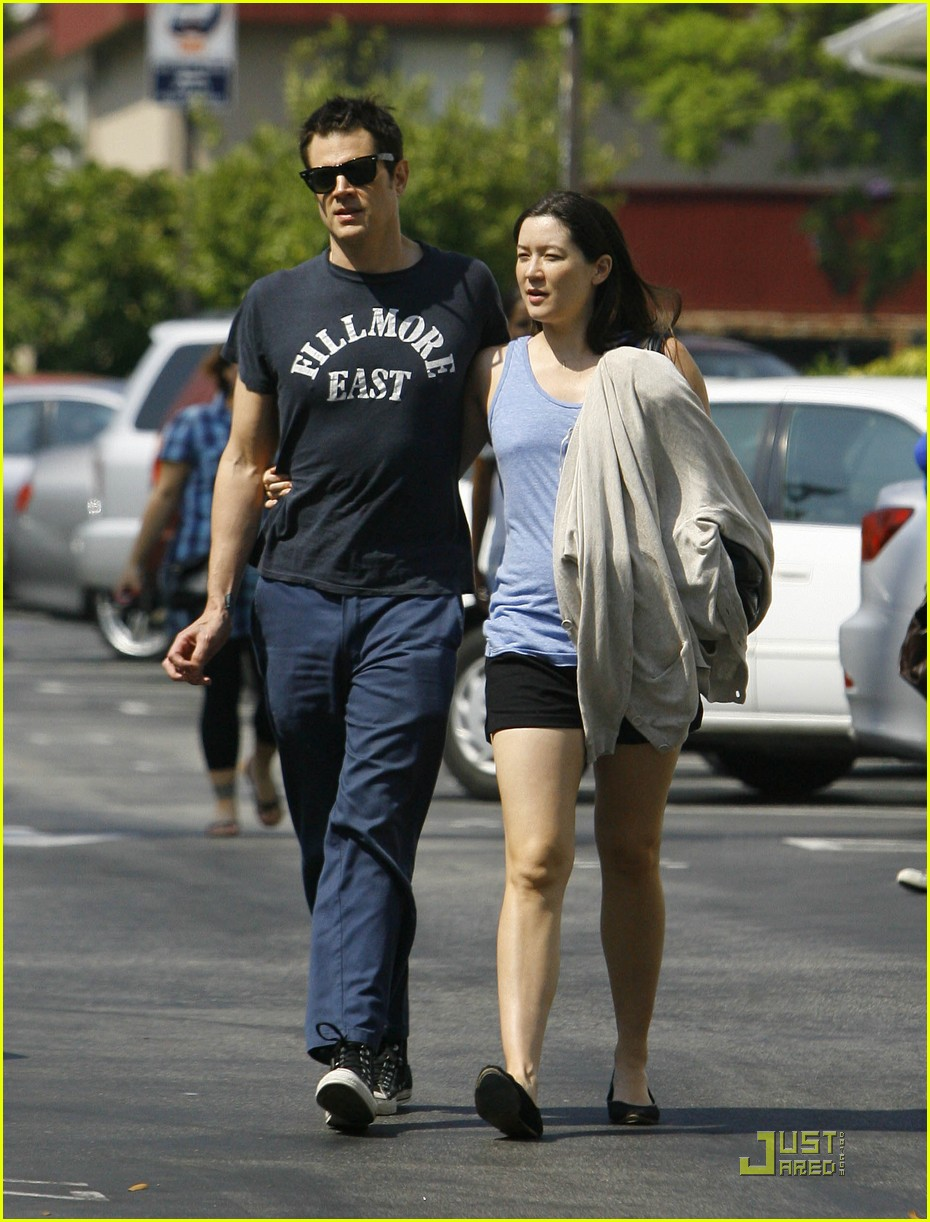 Emilia Clarke & Johnny Knoxville: Dating?! - The Hollywood ...