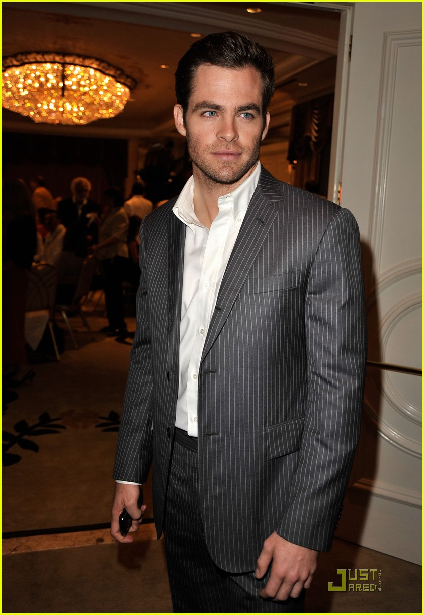 chris pine hollywood foreign press luncheon 01
