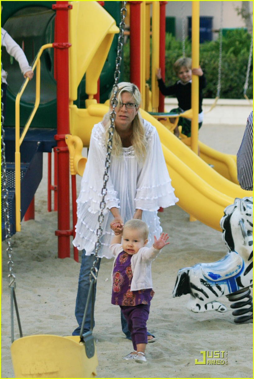 tori spelling kids play at the park 03