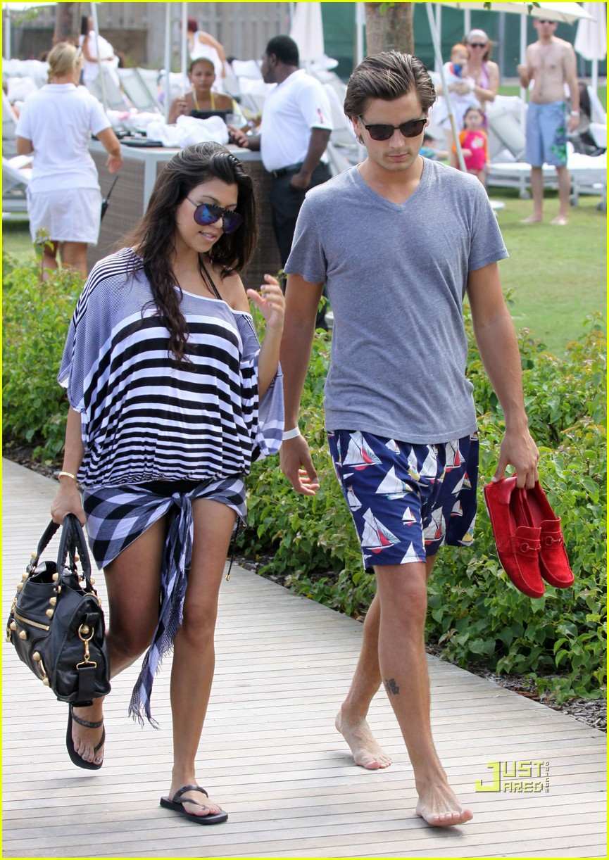kourtney kardashian scott disick beach 02