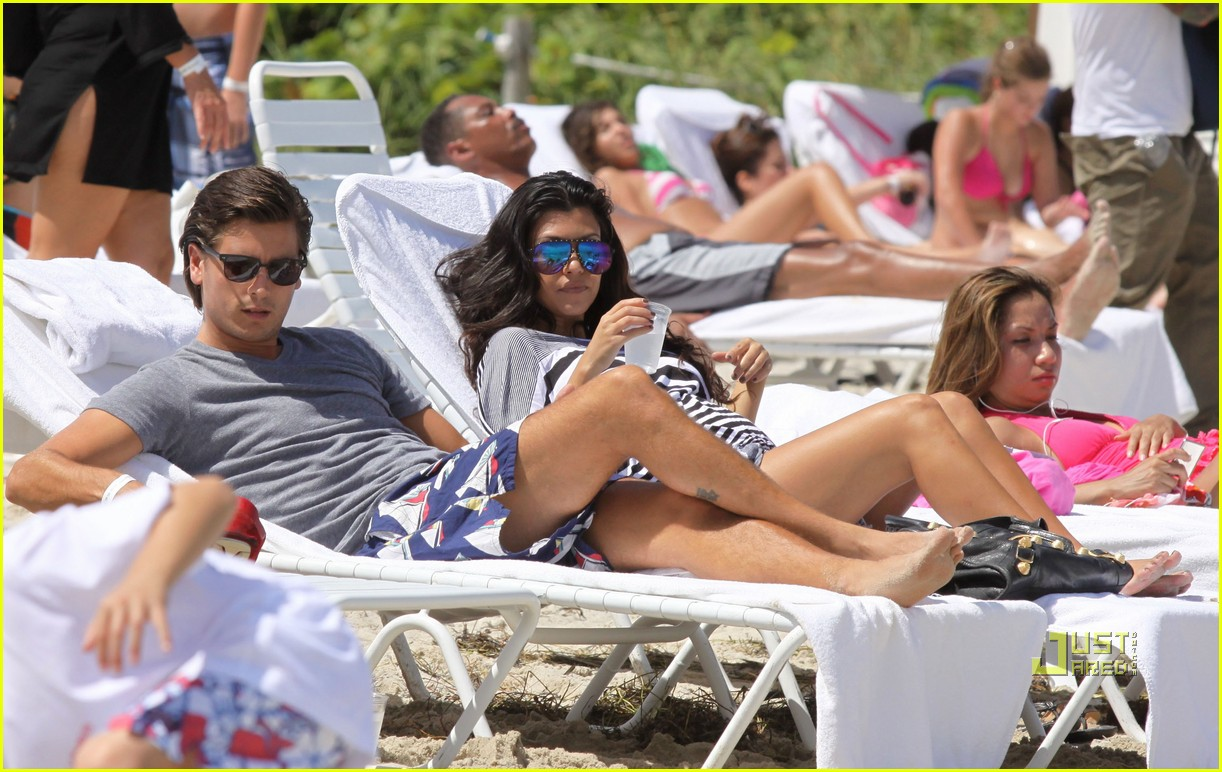 kourtney kardashian scott disick beach 14