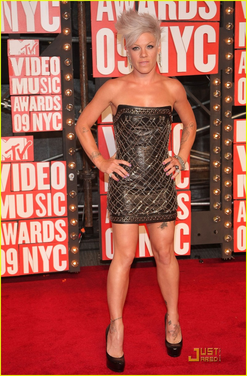 shakira pink vmas 03