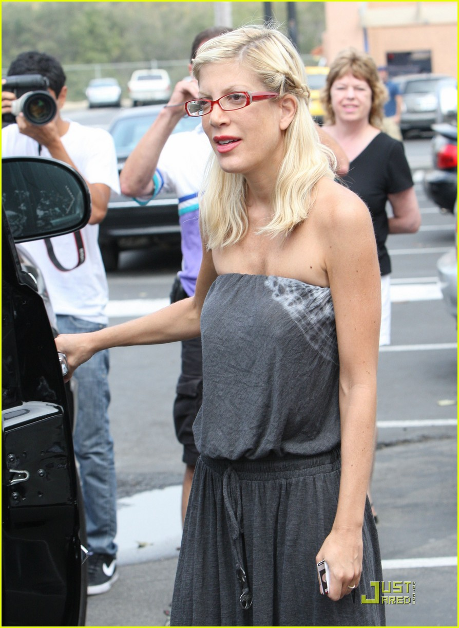 tori spelling frequents the flea market 09