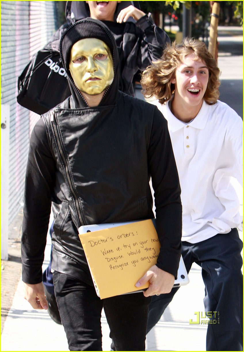 pete wentz gold mask 01