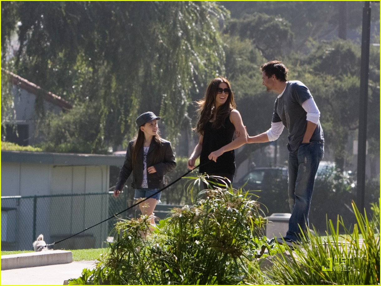 kate beckinsale and her family walk the dog 082313041