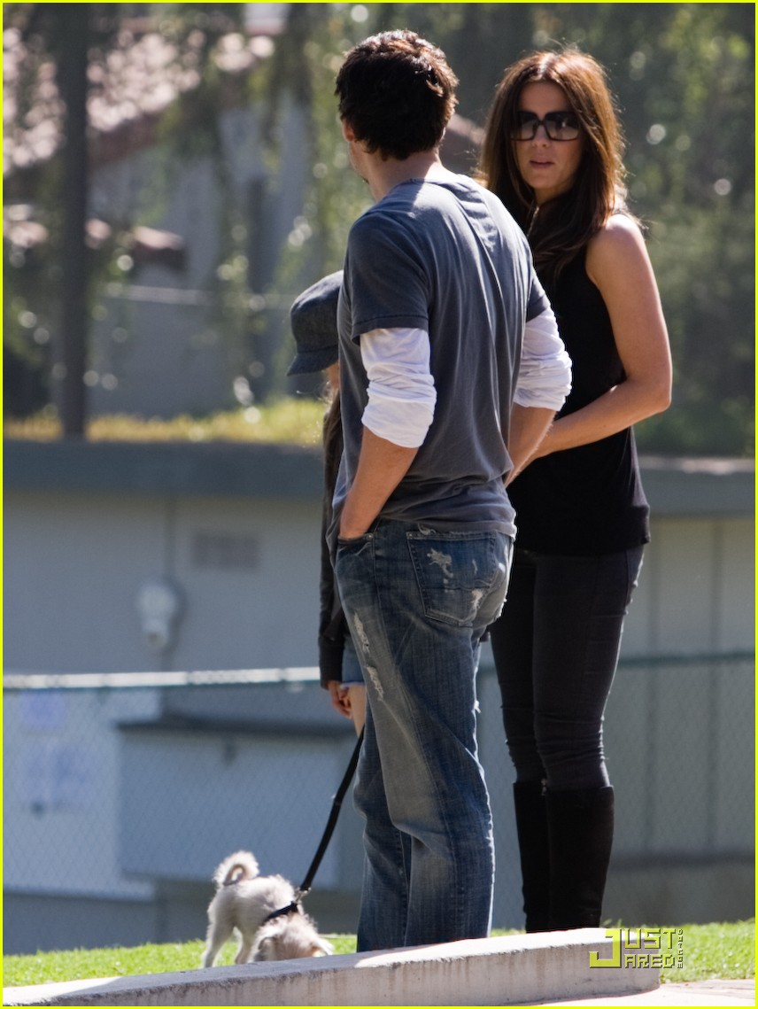 kate beckinsale and her family walk the dog 13