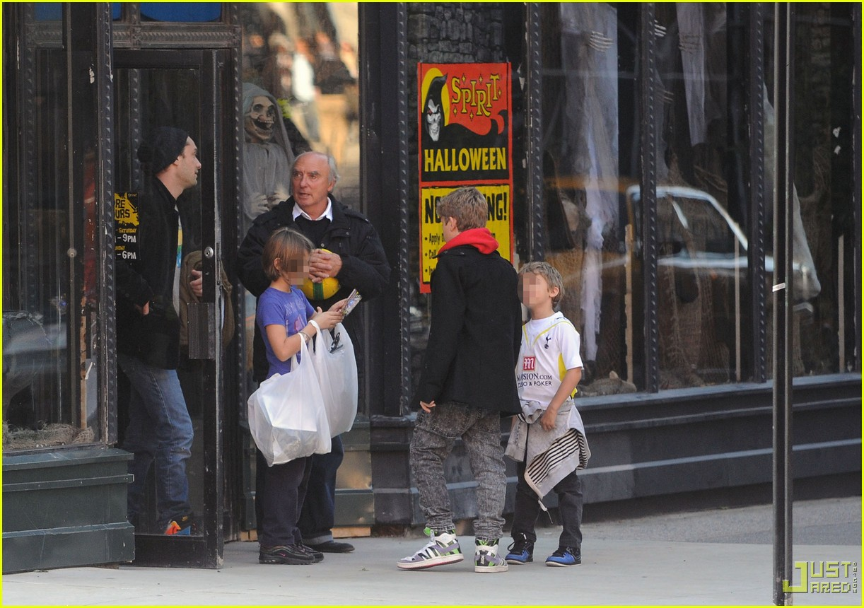 jude law kids halloween shopping 08