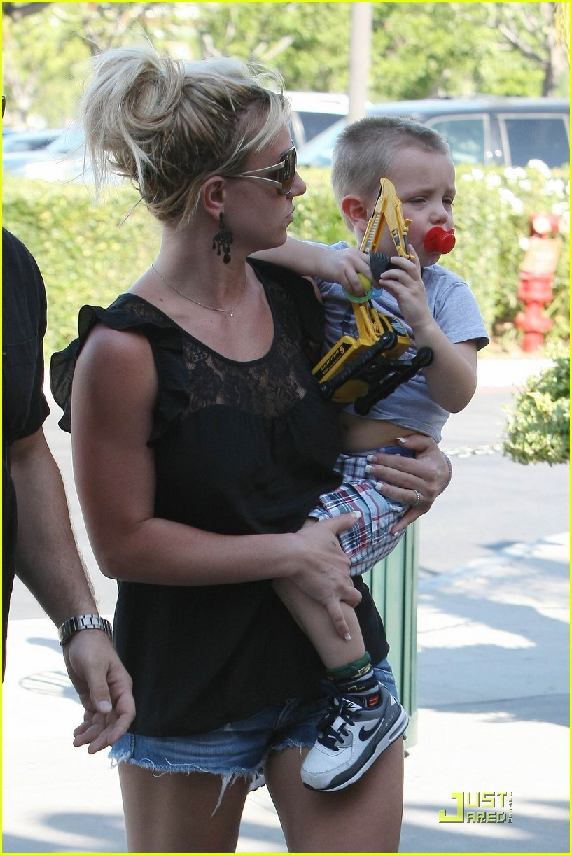 britney spears sons see a movie 04