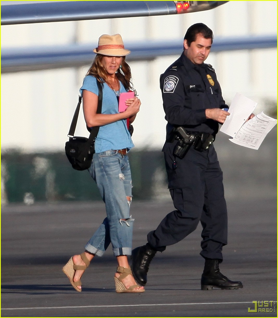 jennifer aniston home from cabo 03