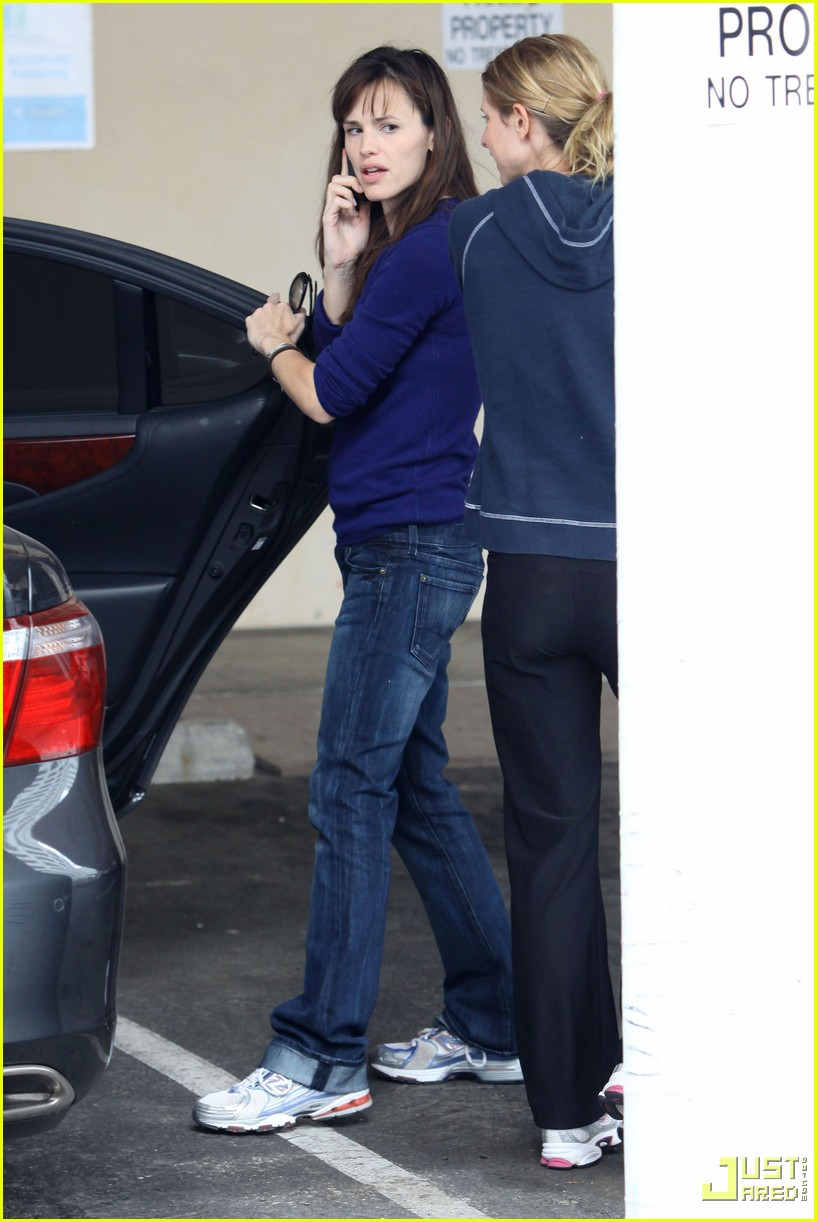 jennifer garner multitasking mom 07