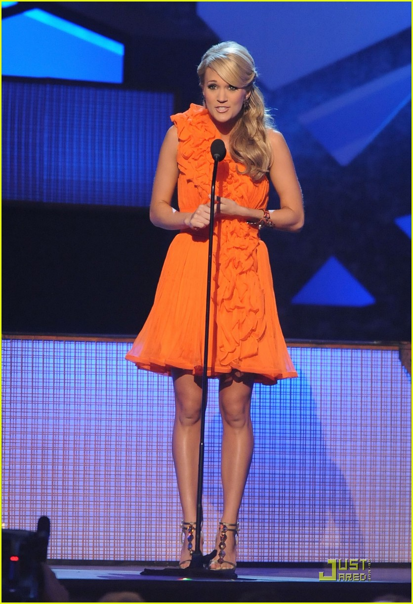 carrie underwood hosts the 2009 cmas 01