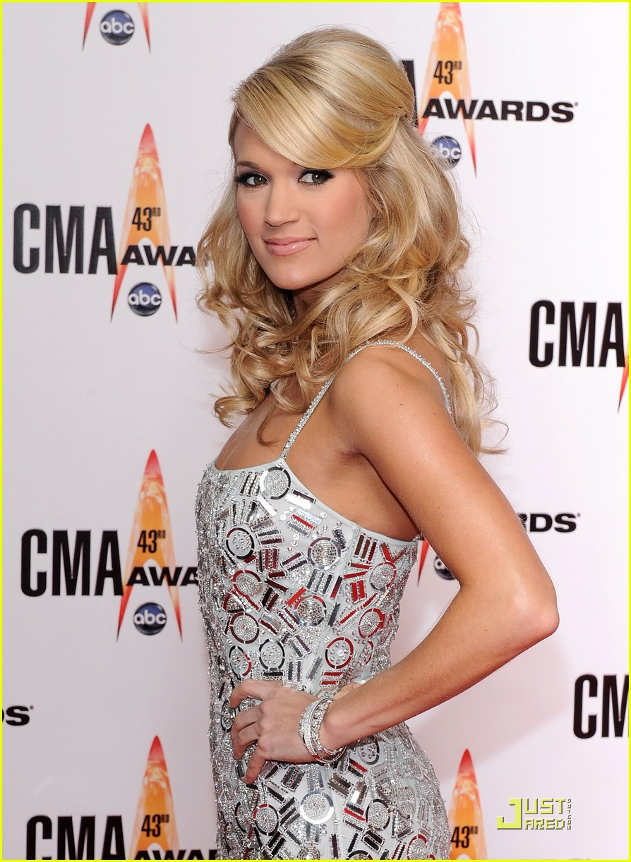 carrie underwood hosts the 2009 cmas 07