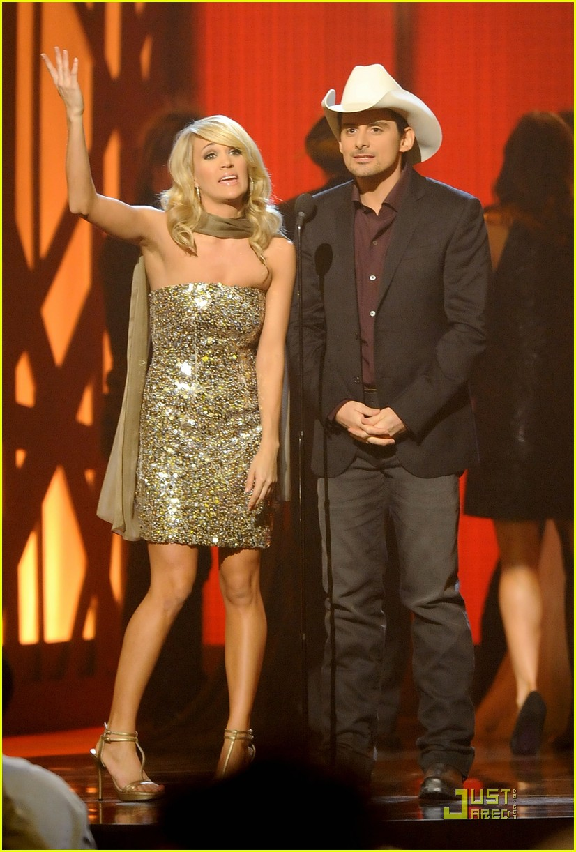 carrie underwood hosts the 2009 cmas 26