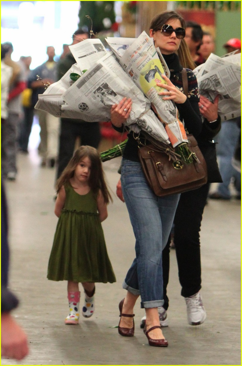 katie holmes christmas eve flowers suri cruise 01