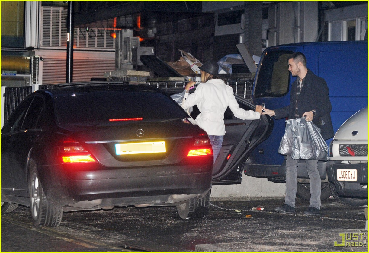 leona lewis christmas shopping heathrow airport 04