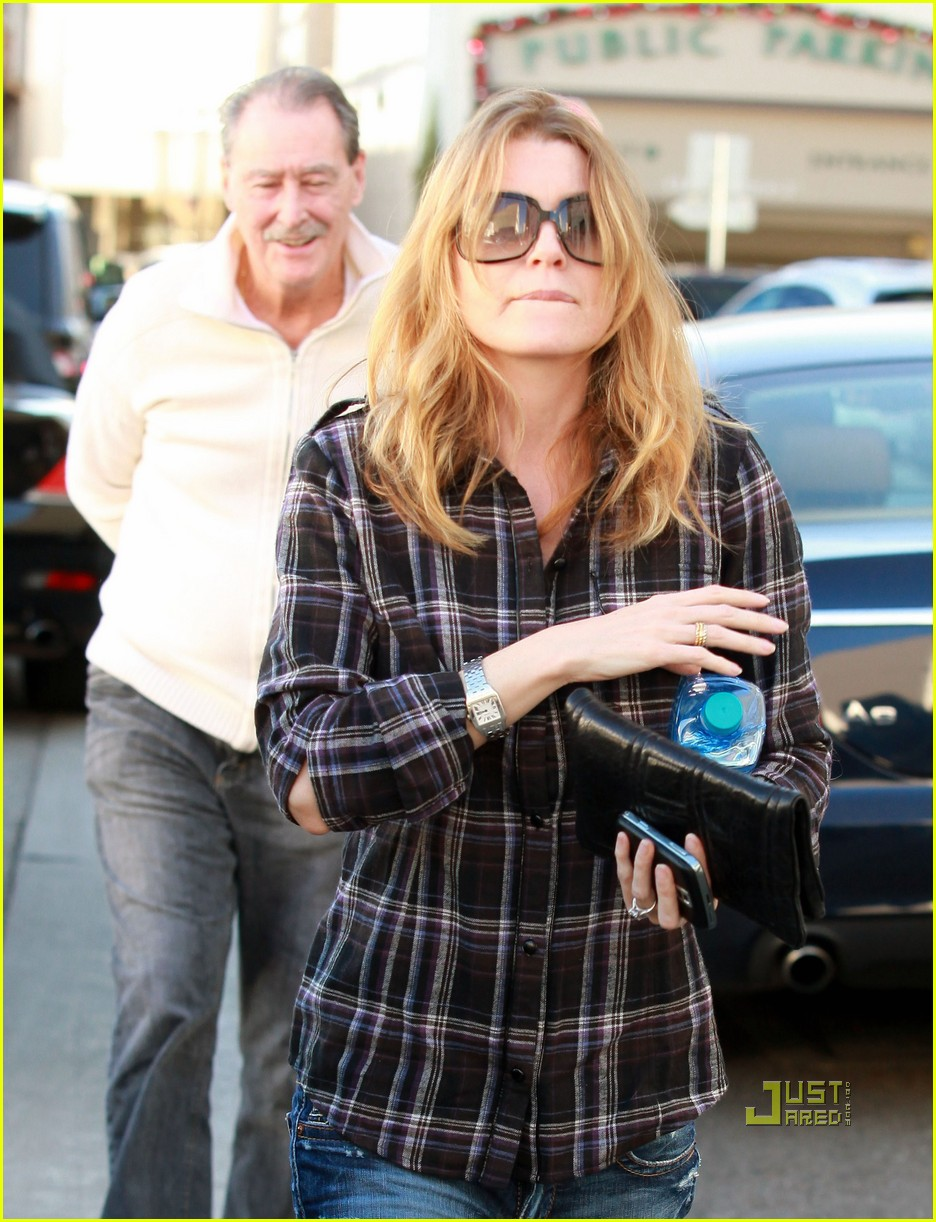 ellen pompeo airs out elbows 02