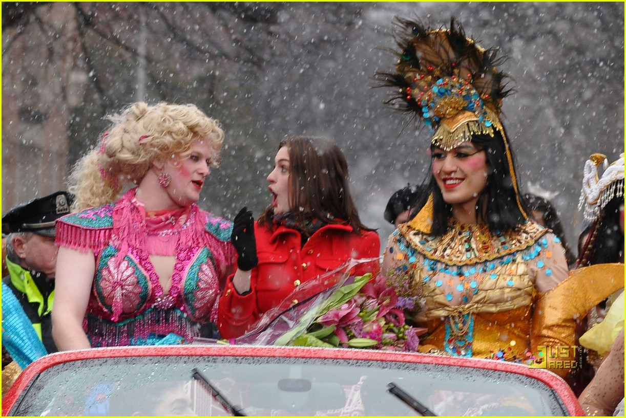 anne hathaway hasty pudding parade 01