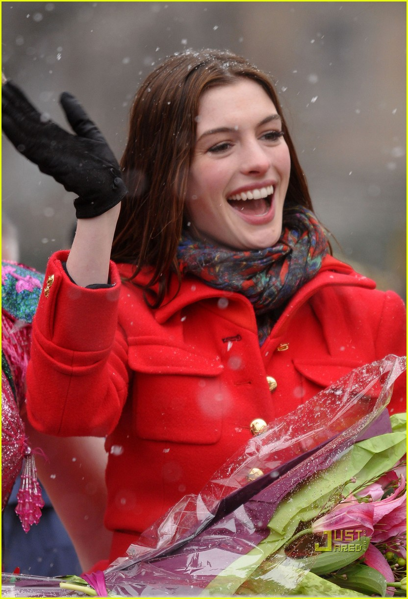 anne hathaway hasty pudding parade 02