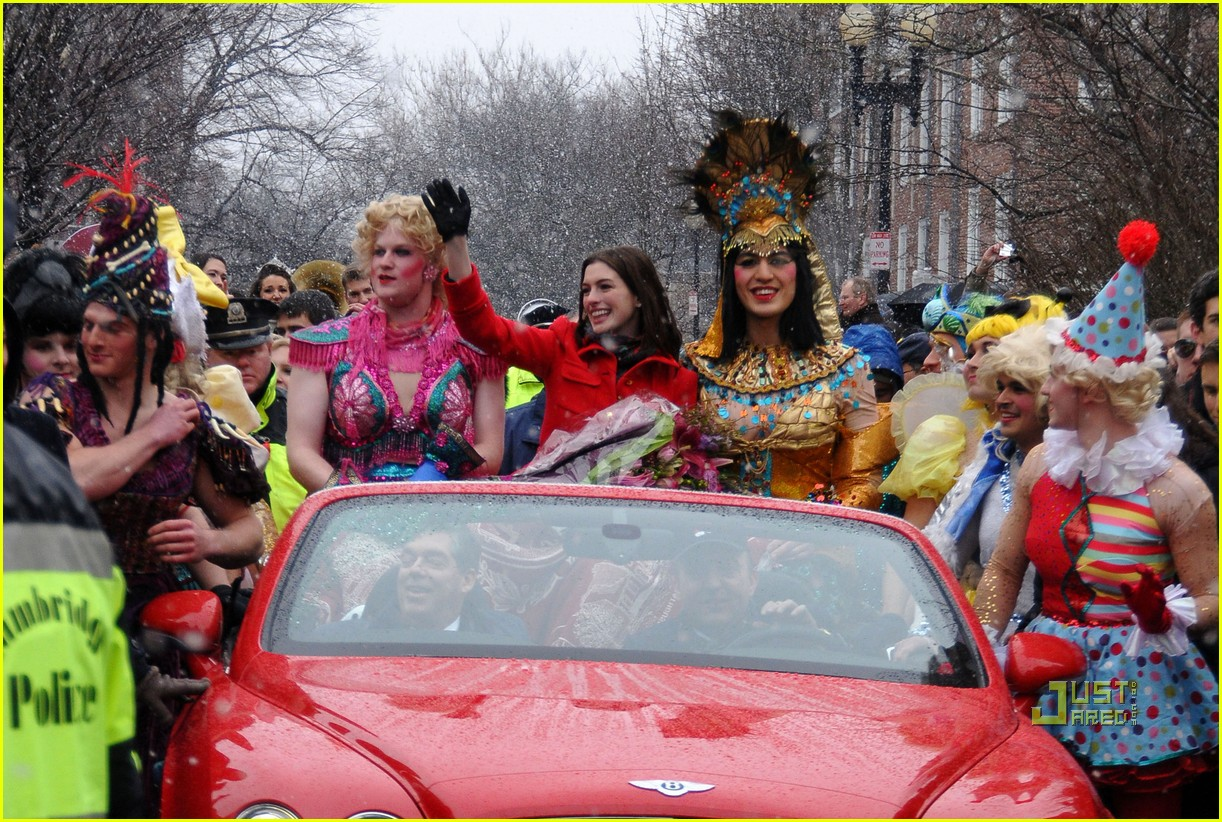 anne hathaway hasty pudding parade 05
