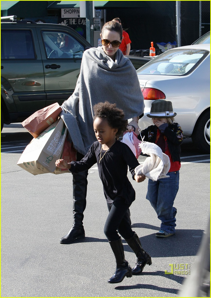 angelina jolie whole foods grocery shopping 02