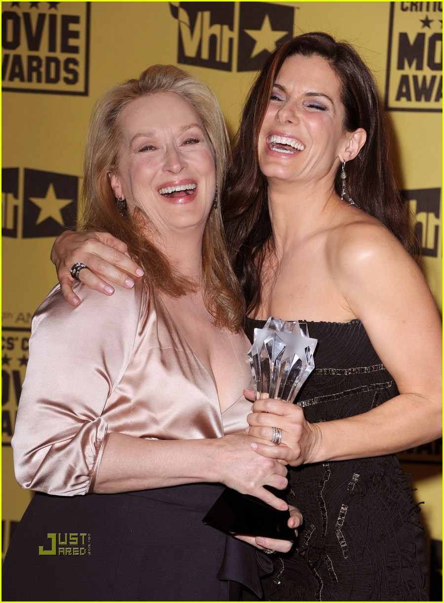 meryl streep sandra bullock kissing critics choice awards 01