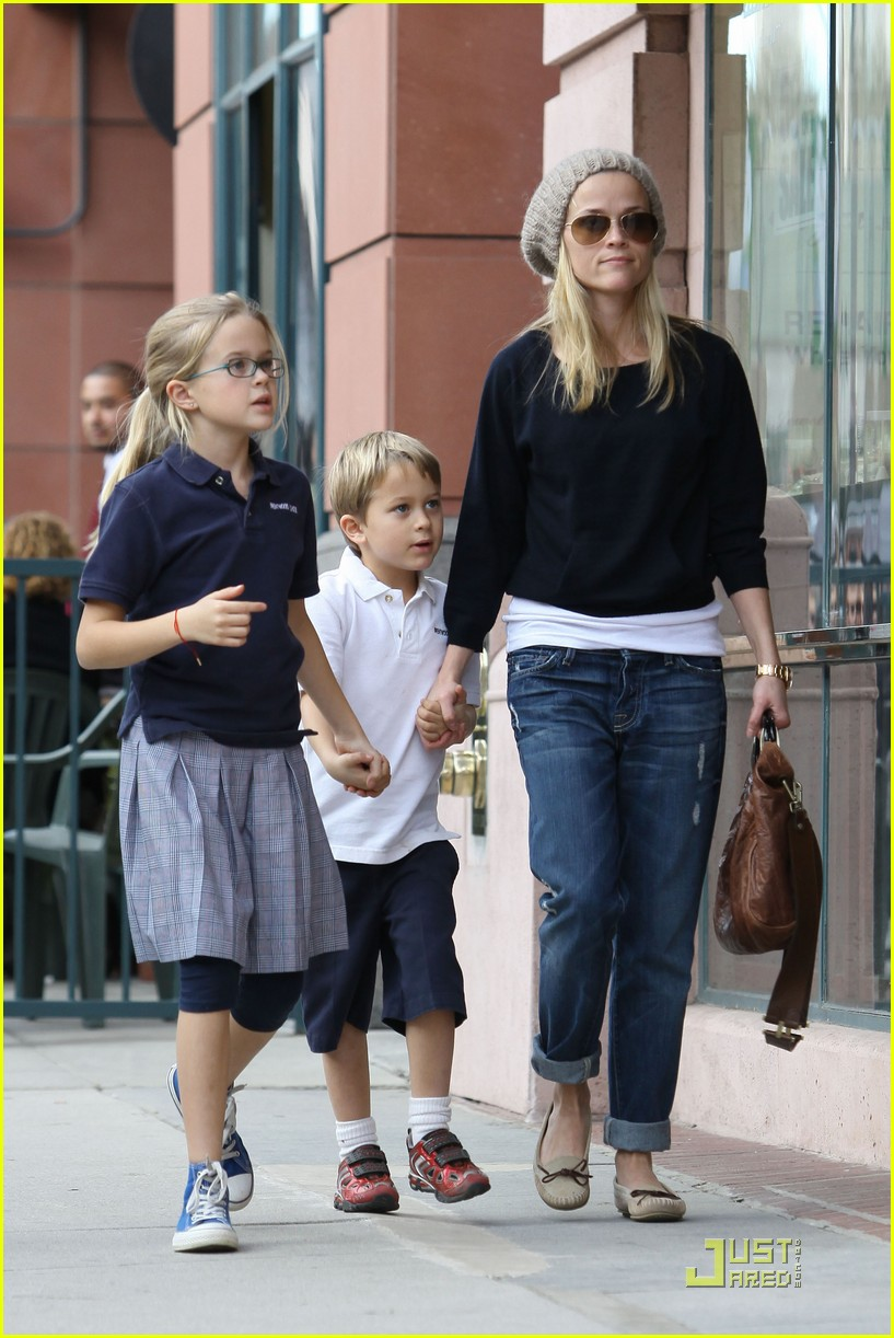 reese witherspoon hand holding 01