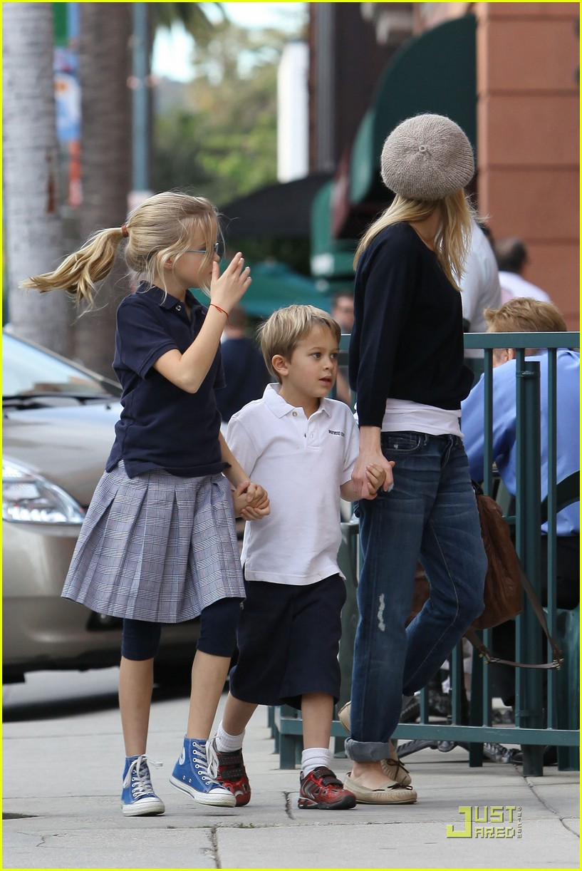 reese witherspoon hand holding 05