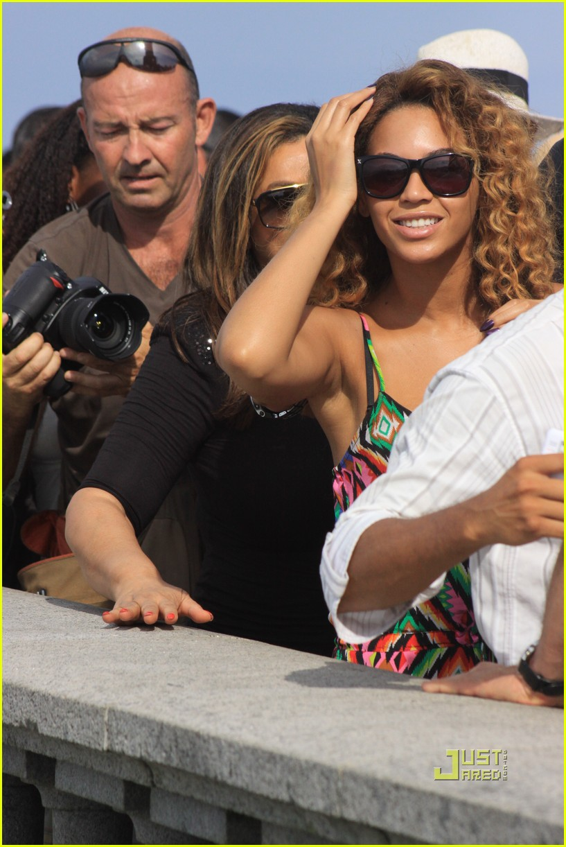 3d577937387 Beyonce Visits Christ the Redeemer   Photo 2426910