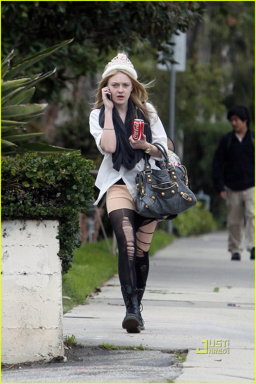 dakota fanning shredded tights 06