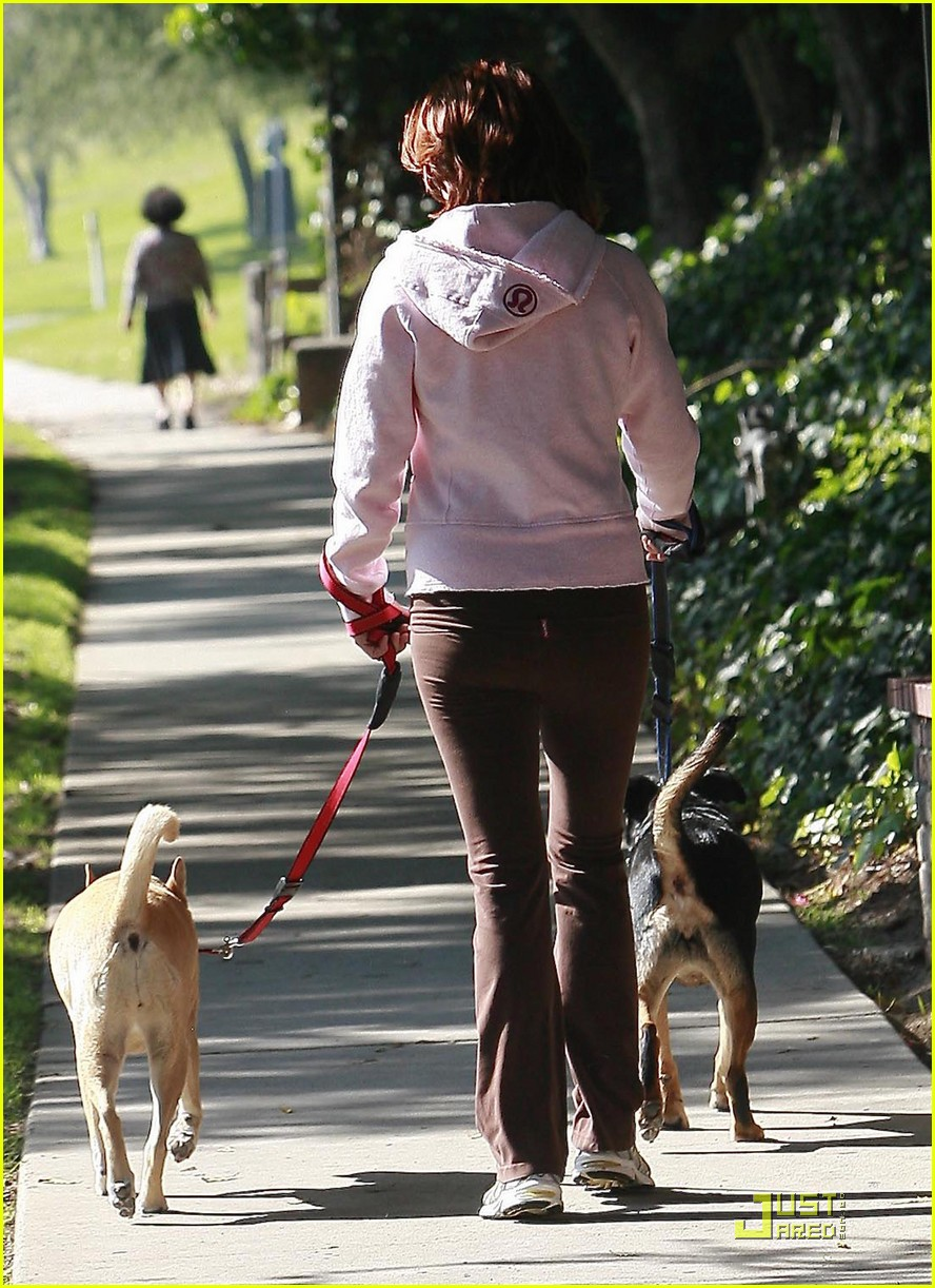 kate walsh dotes on her dogs 03