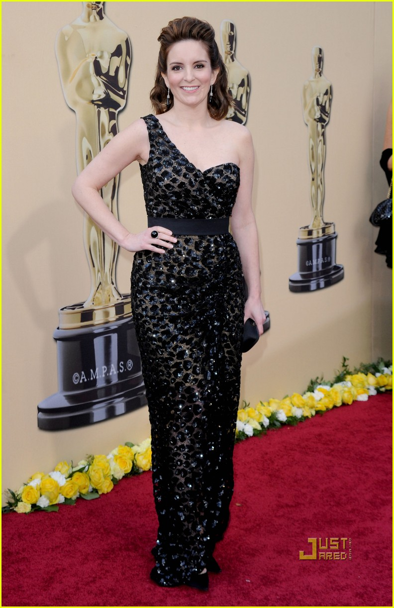 tina fey 2010 oscars red carpet 01