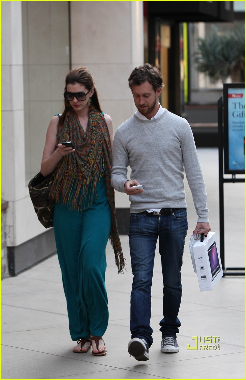 anne hathaway adam shulman apple store 06