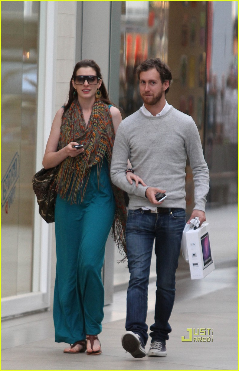 anne hathaway adam shulman apple store 15