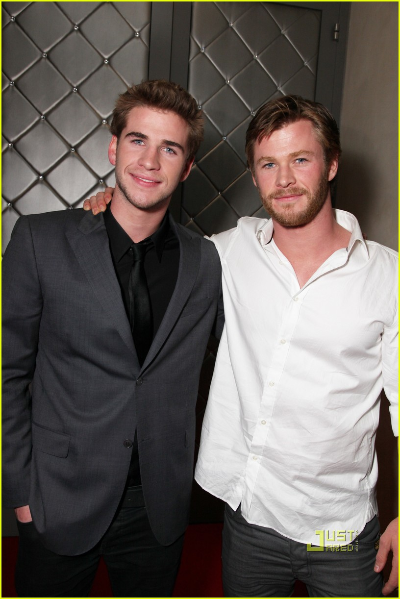 chris hemsworth liam hemsworth last song premiere 022437696