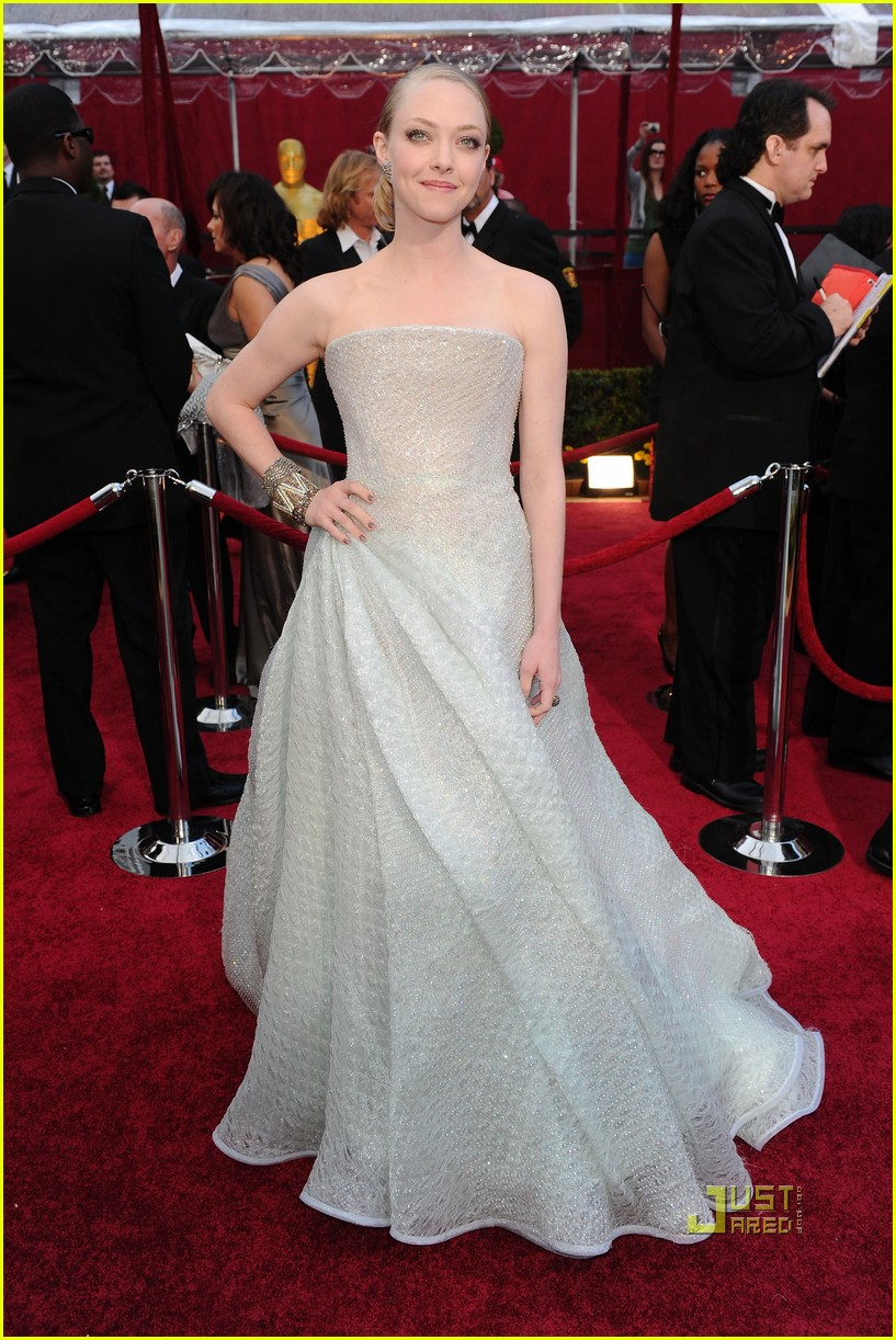 amanda seyfried 2010 oscars red carpet 05