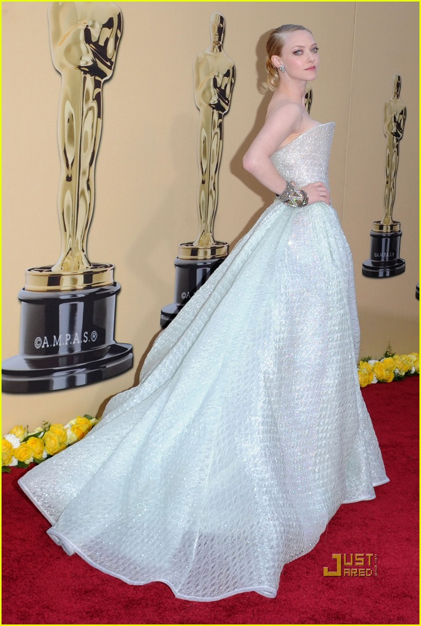 amanda seyfried 2010 oscars red carpet 062432708