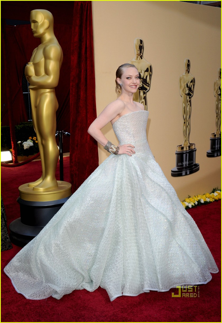 amanda seyfried 2010 oscars red carpet 07