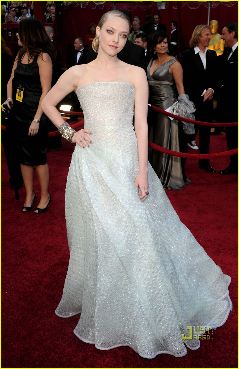 amanda seyfried 2010 oscars red carpet 08