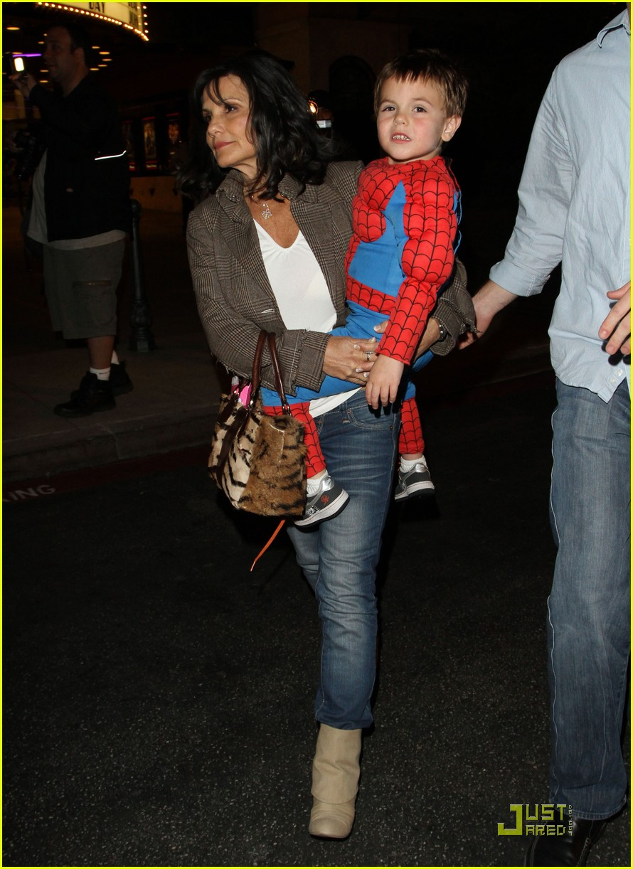 britney spears watches her spidersons 01