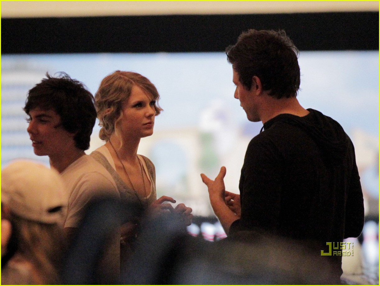 taylor swift cory monteith hug bowling alley 082437015