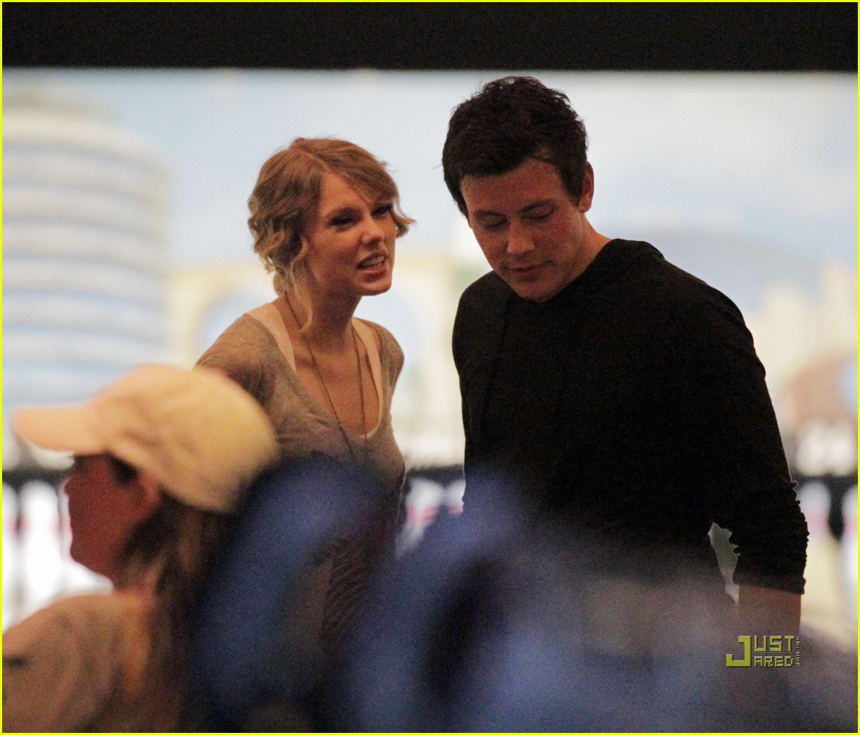 taylor swift cory monteith hug bowling alley 112437018