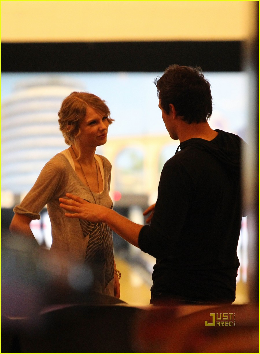 taylor swift cory monteith hug bowling alley 152437022