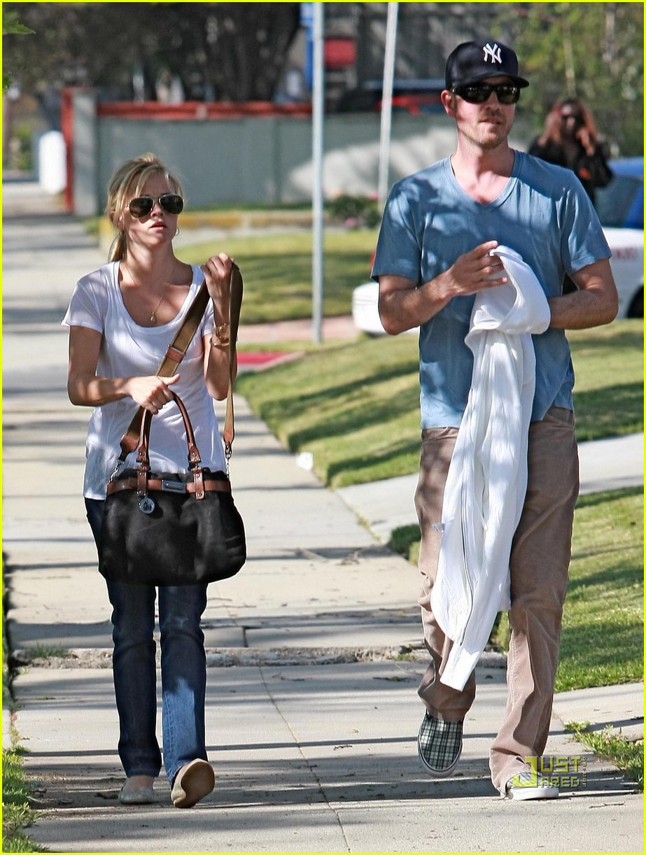 jim toth reese witherspoon walking 06