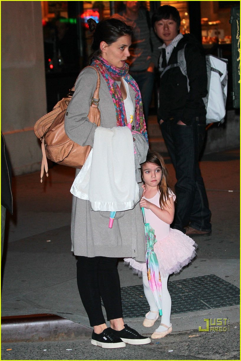 suri cruise umbrella new york 05