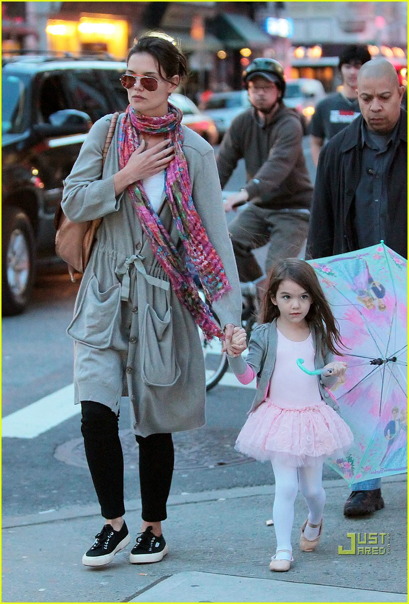 suri cruise umbrella new york 06