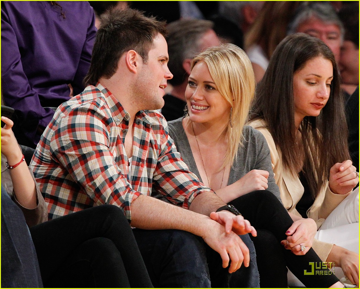 hilary duff mike comrie courtside couple 05