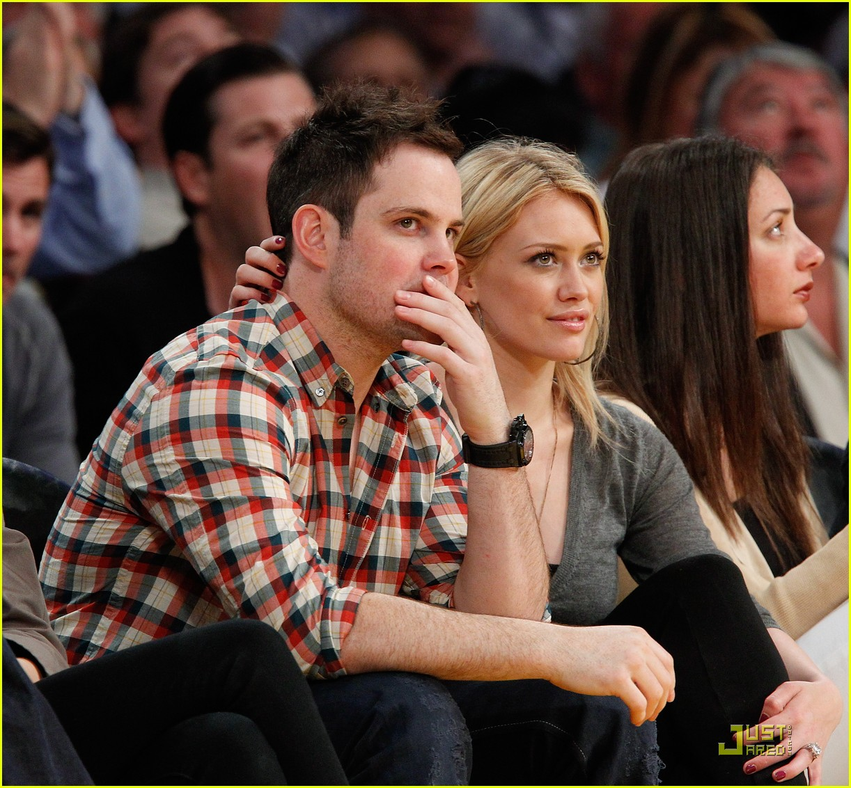 hilary duff mike comrie courtside couple 102451562
